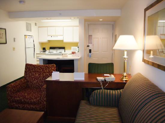 Residence Inn Portland Hillsboro: Living room, kitchen and front door
