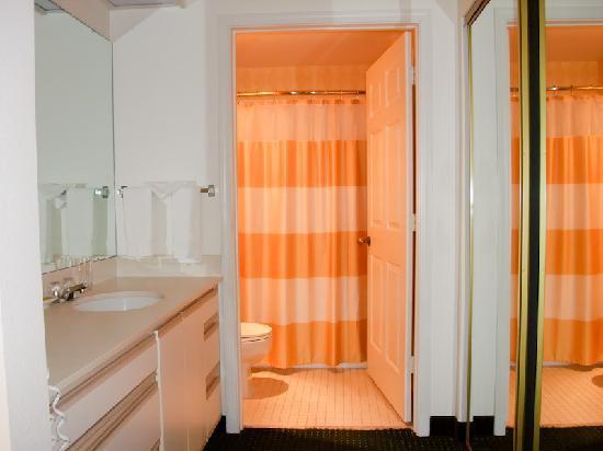 Residence Inn Portland Hillsboro : Restroom and closet