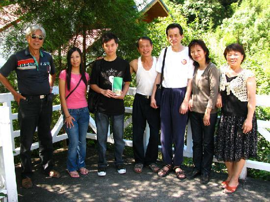 Fuyam Tourist Home: Photo with the Chungs