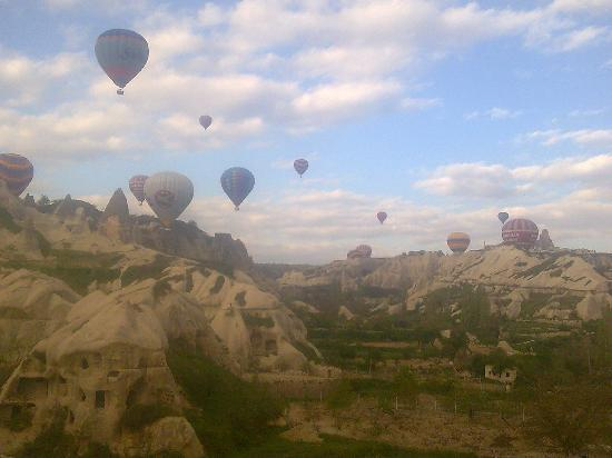 SOS Cave Hotel: Balloons are so close to the breakfast terrace, you can speak with the pilot