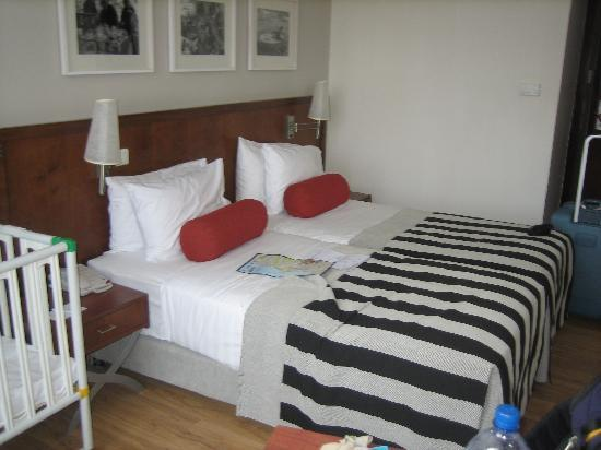 Melody Hotel   Tel Aviv - an Atlas Boutique Hotel: Double bed room--space in the room for a crib without being cramped