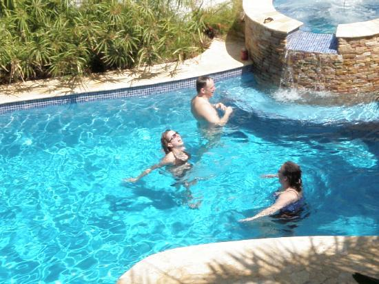 Hotel Casa Sueca: Playing in the pool