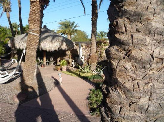 Sukasa Bungalows: Lookng down the courtyard