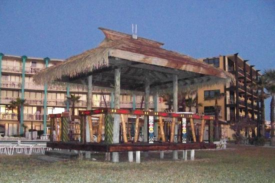 Hawaiian Inn: tiki hut by pool