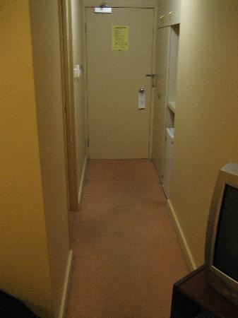 Quality Hotel Ambassador Perth: corridor into the room, note the luxurious carpet...