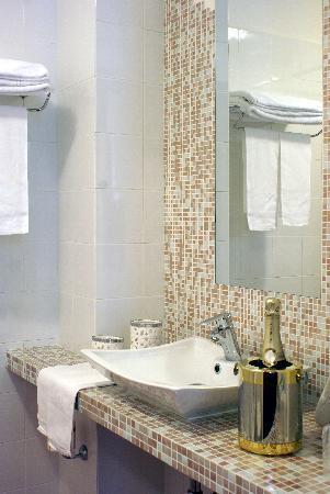 Hotel Versailles: One of the beautiful bathrooms/Uno dei bagno
