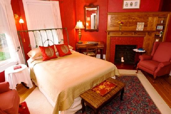 Thurston House Bed and Breakfast: O'Heir room overlooking Lake Eulalia