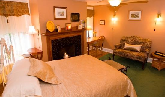 Thurston House Bed and Breakfast: Peaceful Cubbedge Room, overlooking gardens