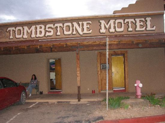 Budget Host Inn Tombstone: our room