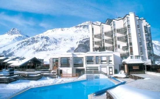 Chalet Hotel Le Val d'Isere : View of the Pool
