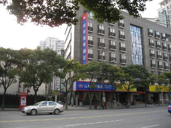 Hanting Express (Shanghai Wuning South Road): Street view. Entry in the side lane