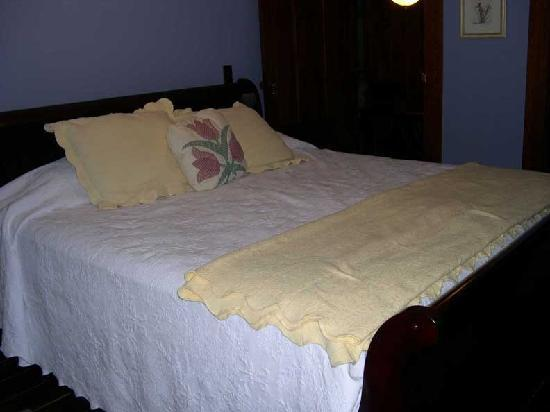 Sculptured Rocks Farm Country Inn: Luxurious Chestnut Suite with king size bed and claw foot tub