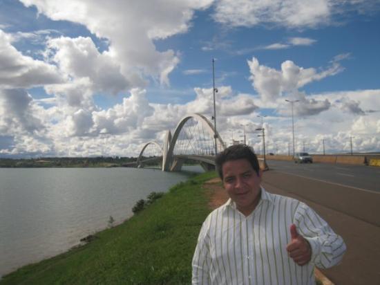 Memorial JK: Al fondo el puente JK que cruza el lago artificial en Brasilia
