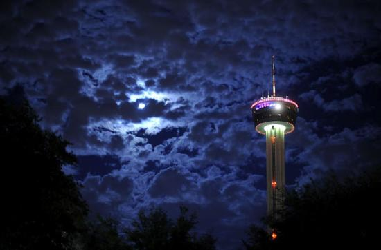 This is an awesome photo of the Tower of Americas in San Antonio on New Years Eve at night. I su