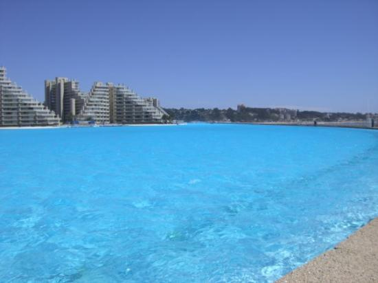 Algarrobo, ชิลี: THIS IS PICTURE FROM THE WORLD'S BIGGEST POOL FROM ONE END!!!!!!! AWSOME