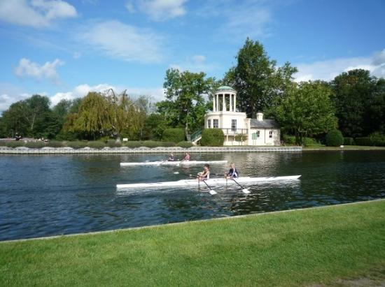 Хенли-он-Темз, UK: rowing on the Thames, as many do round here
