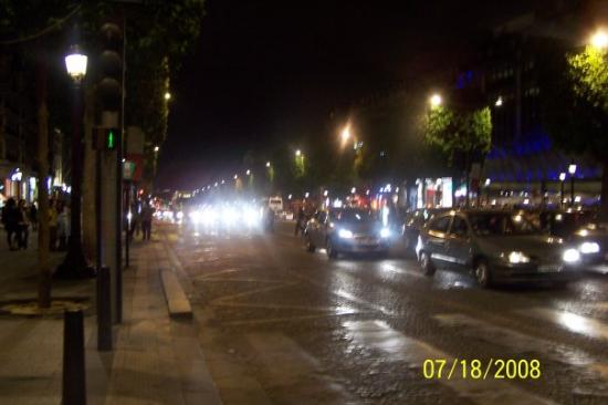 Paris Walks: Avenue of Champs Elysees at 1am in the morning. We took a nice stroll.