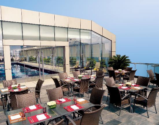 Crowne Plaza Century Park Shanghai: Poolside terrace