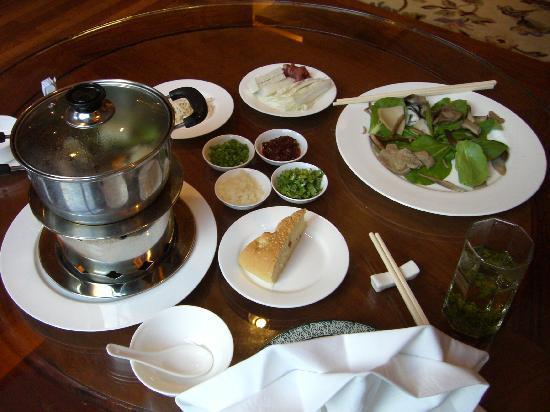 Sheraton Jiuzhaigou Resort: 別のレストランではキノコの鍋が食べられる