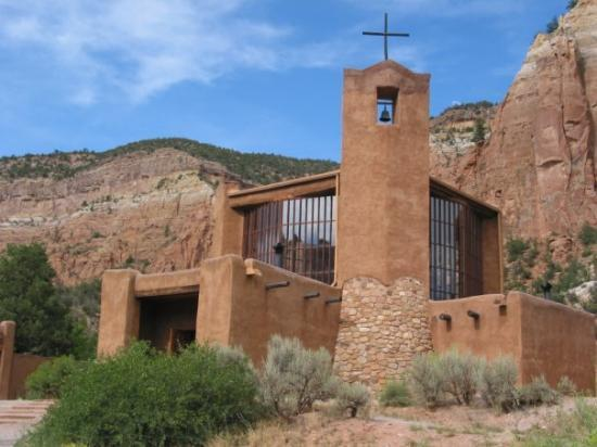 อาบิกิว, นิวเม็กซิโก: The Church at Monastery of Christ in the Desert outside Abiquiu, New Mexico...truly a beautiful
