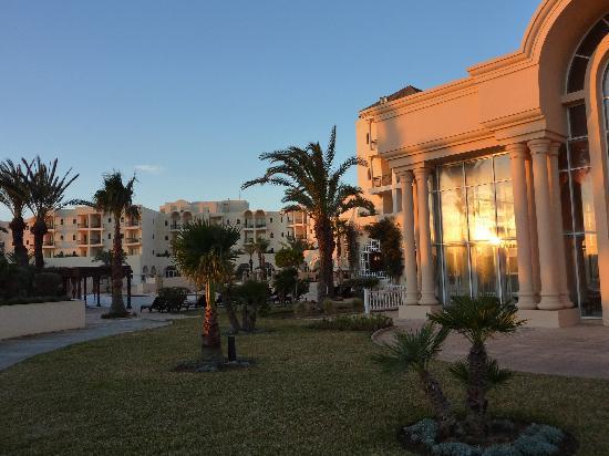 The Residence Tunis : la piscine du spa et une partie de l'hôtel
