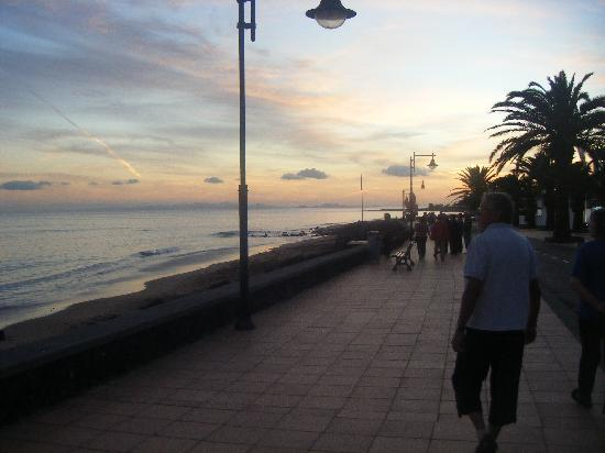 Nautilus Lanzarote: Beach walkway in evening (no cars)