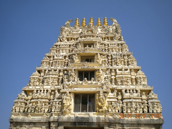 Belur, India: The gopuram leading to the temple