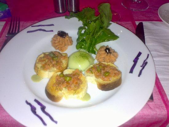 Le Jardin: Bruchetas with salmon tartar.