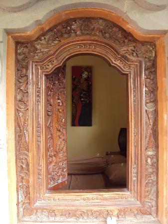 Teka-Teki House: detail on the window