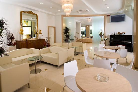 Misano Adriatico, Italië: Secondo salone: i nostri spazi comuni sono tutti di recente ristrutturazione, ampi e moderni. La