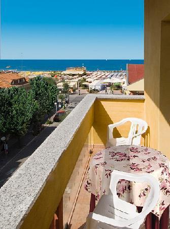 Misano Adriatico, إيطاليا: Balcone di una camera che si affaccia sul mare.