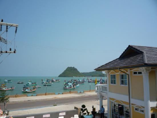 Prachuap Khiri Khan, Tailandia: View from our balcony at the Sun Beach