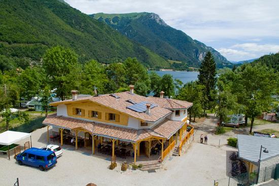 Pieve di Ledro, Italie : A view of the reception, restaurant, pizzeria and lake view apartments