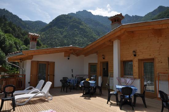front of the 5 apartments with nice lake view in camping al lago