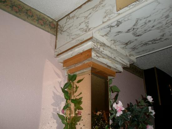 Hollywood Inn & Suites: molding around the ceiling