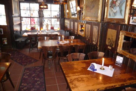 Lowenbrau Koln Restaurant: Lowenbrau Koln Altstadt restaurant (inside tables)