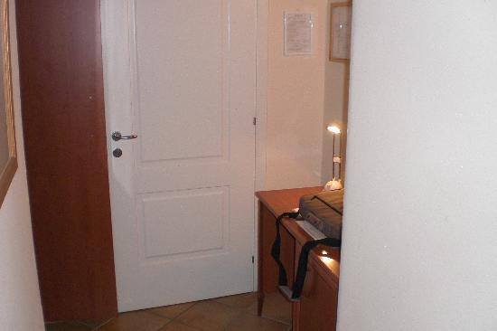 Caravaggio Hotel: Ingresso camera