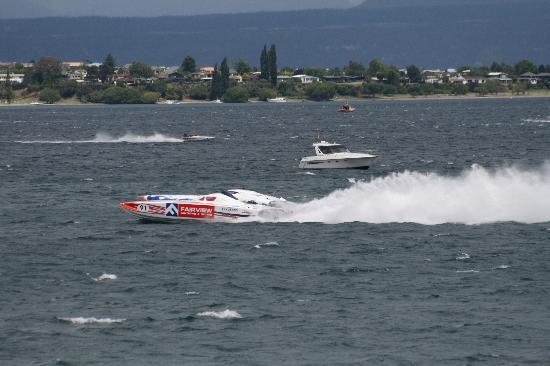 Tauhara Sunrise Lodge: Power boat racing Lake Taupo