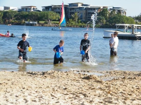 Maroochydore, Austrália: The boys playing at the lagoon.