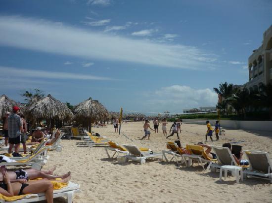 Iberostar Grand Hotel Rose Hall: looking down the beach
