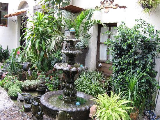 Rosa Morada Tlaquepaque: Courtyard Fountain