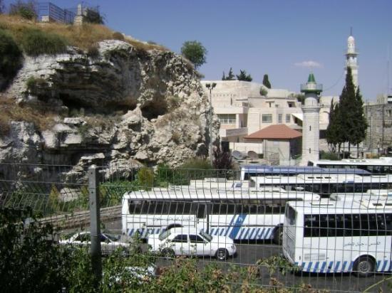 Golgotha (le Mont du Crâne) : Golgotha overlooks a bus station