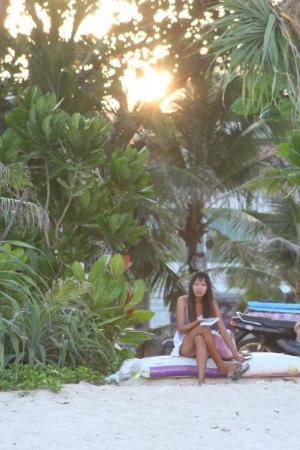 Freedom Beach: Thai girl at Patong Beach - Sunrise