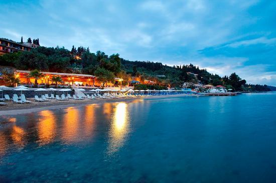 Perama, Grecia: Hotel beach by night