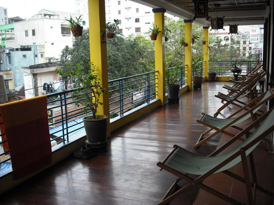 Hue Backpackers' Hostel: Chairs on the balcony