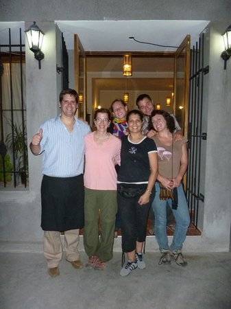 Tunuyan, Argentyna: Our group of friends with the owners (Oracio, far left) and wife (in black shirt) in front of Ar