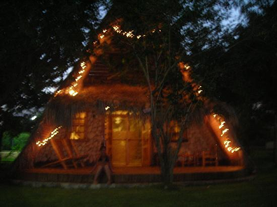 Chalet Tropical Village: Lo chalet by night