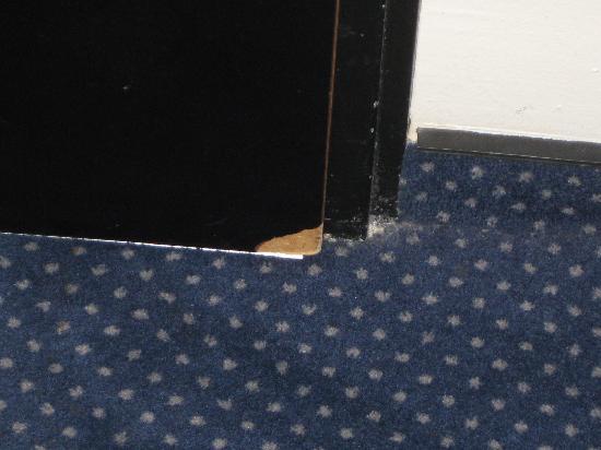 Comfort Hotel Frankfurt City Center: Abgeplatztes Furnier an der Zimmertür