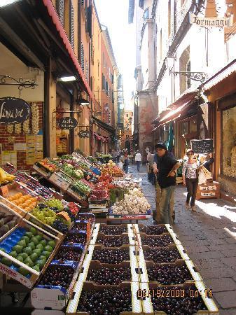Street market outside hotel foto di albergo delle for Albergo orologio bologna
