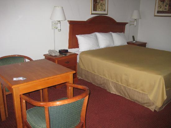 Chula Vista Inn: Small table in room